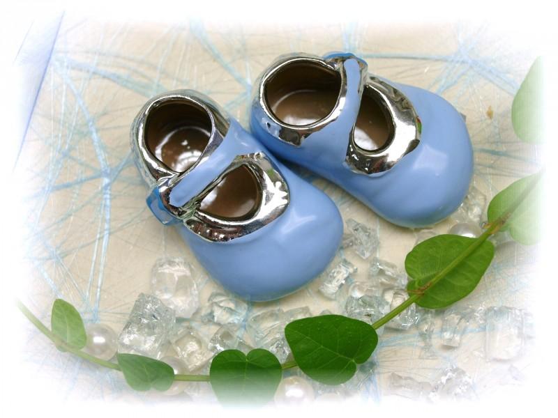 babyschuhe hellblau silber streudeko tortenaufsatz junge taufe tischdeko keramik taufe tortendeko. Black Bedroom Furniture Sets. Home Design Ideas